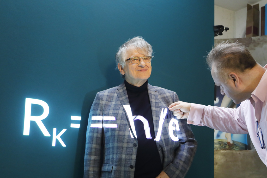 Frank Nesslage zupft noch schnell das Einstecktuch von Physik-Nobel-Preisträger Klaus von Klitzing