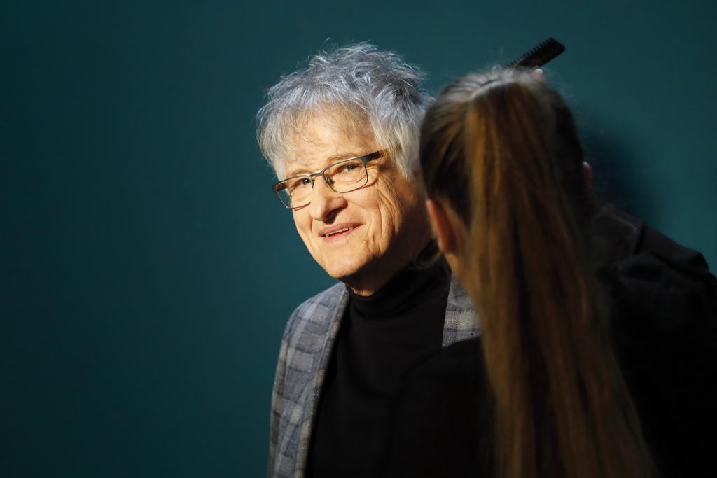 Physik-Nobel-Preisträger Klaus von Klitzing bekommt die Haare gestylt.