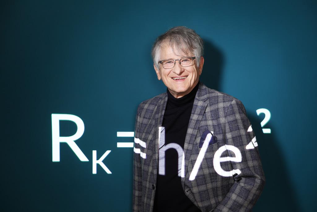 Physik-Nobel-Preisträger Klaus von Klitzing mit einer Projektion seiner Formel.