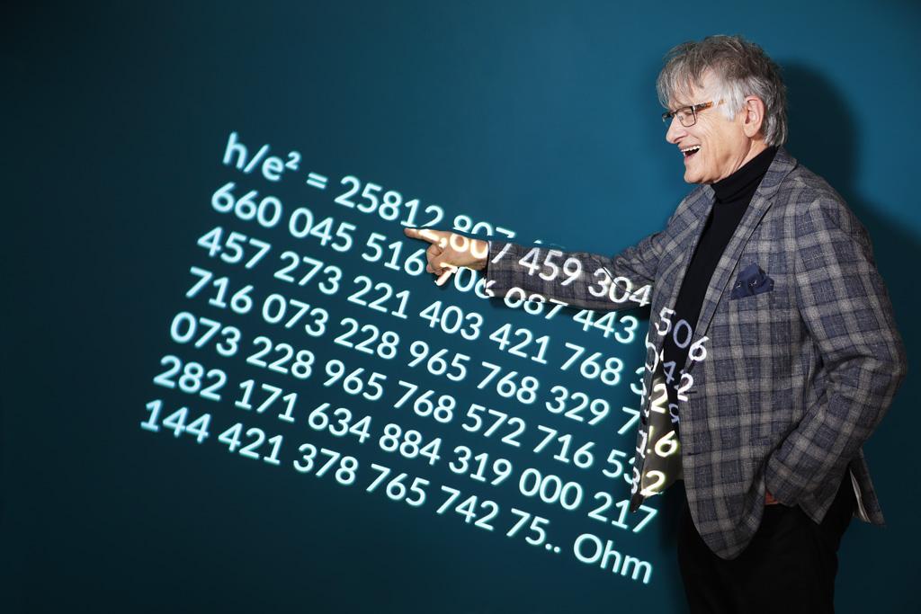Prof. Klaus von Klitzing mit Formel