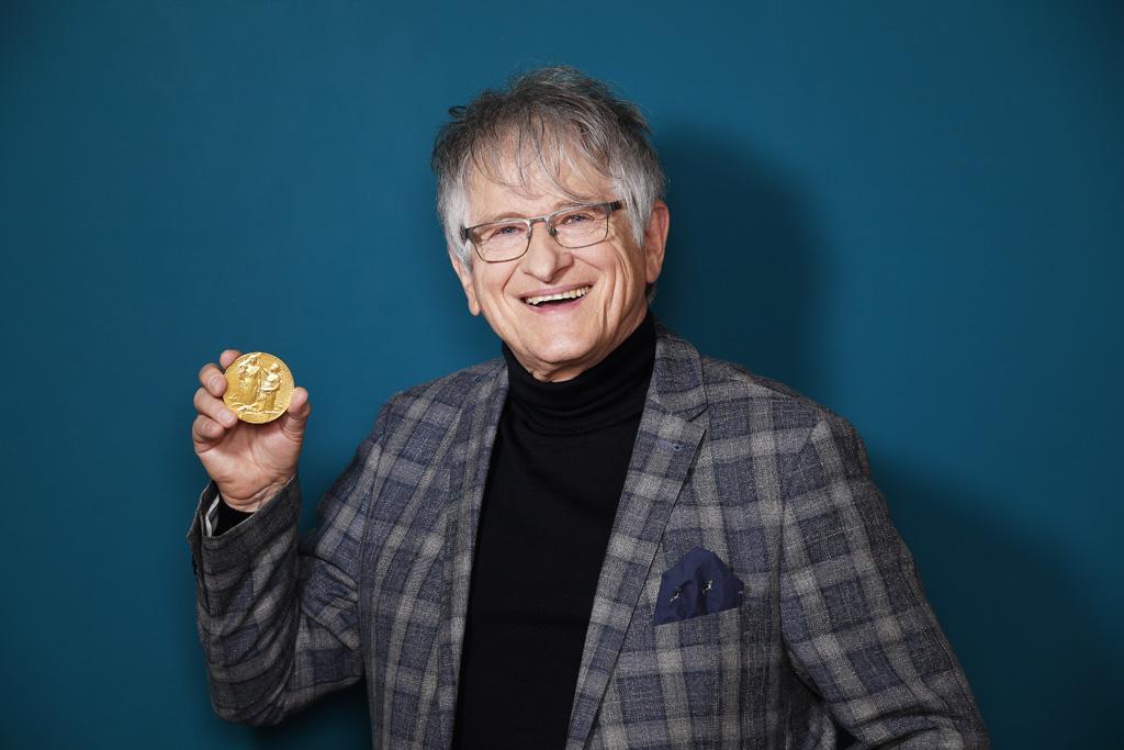 Prof. Klaus von Klitzing mit Goldmedaille